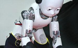 En robot som kryper på alla fyra som ett litet barn.